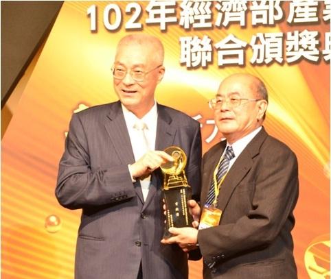 (右圖) 由吳敦義副總統頒發102年度「國家發明創作獎」貢獻獎,國研院國震中心主任張國鎮代表領獎。