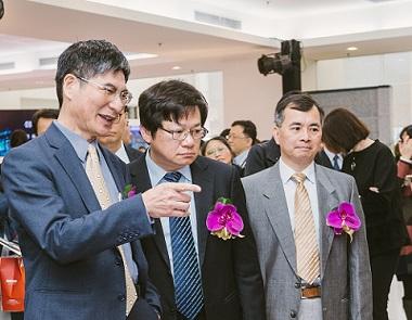 科技部陳良基部長視察半導體中心AI實驗室平台展示,中者為國研院王永和院長、右者為半導體中心葉文冠主任。