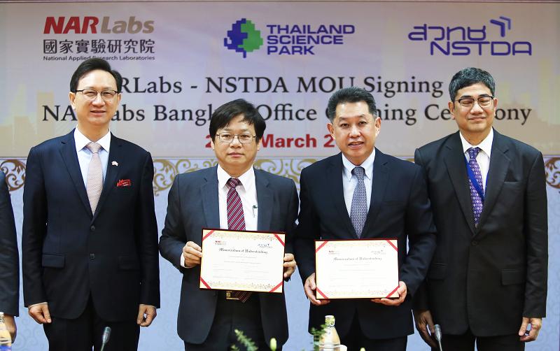 在駐泰國台北經濟文化辦事處童振源代表(左一)和泰國地理資訊與太空科技開發署Anond Snidvongs執行長(右一)見證下,國研院王永和院長(左二)與泰國國家科學院Narong Sirilertworakul院長(右二)簽署合作備忘錄。