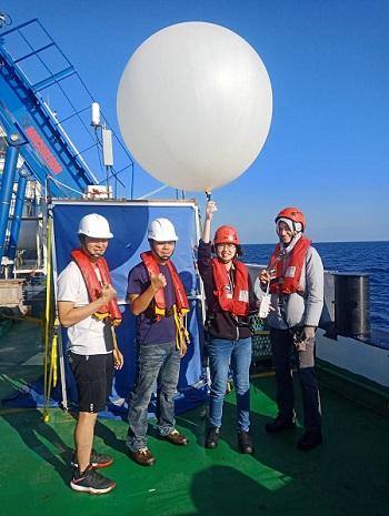 施放探空氣球。