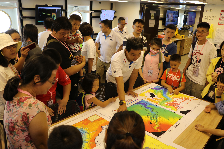民眾參觀勵進研究船
