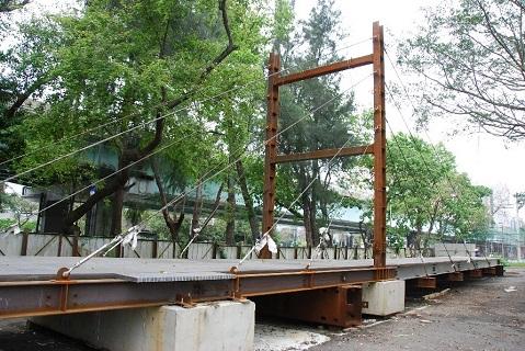 圖九、緊急救災用複合材料輕便橋可由居民運用簡單工具及台車,於數小時內自行組裝,能有效解決颱洪地震導致橋梁毀損時,造成交通中斷之困境。