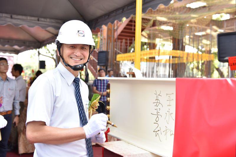 成功大學蘇芳慶副校長在鋼梁上簽名