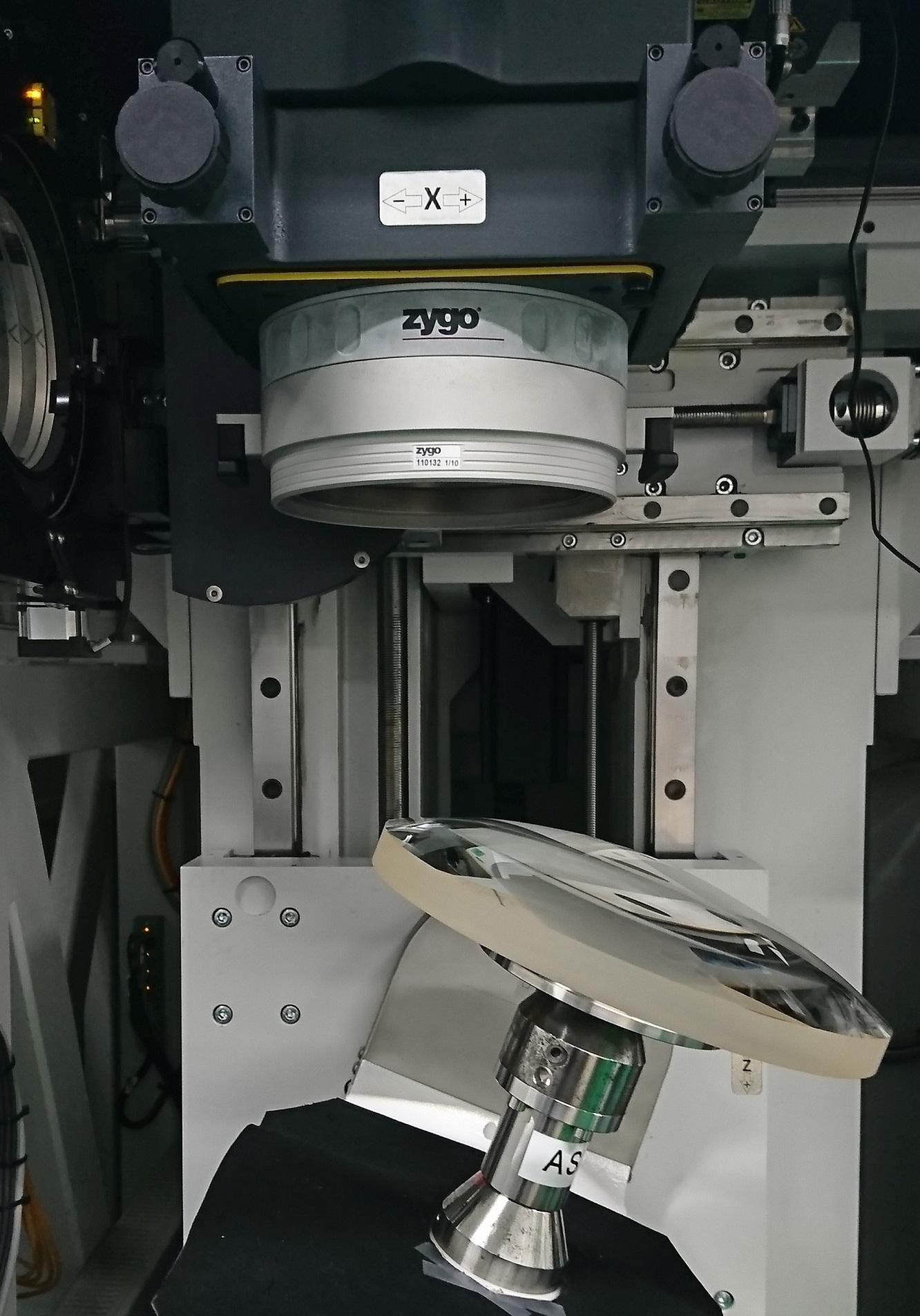 此範例為量測口徑266 mm之凸球面,鏡片需傾斜並旋轉讓干涉儀逐步量測次口徑表面形貌,進而拼接取得完整鏡面形狀誤差。