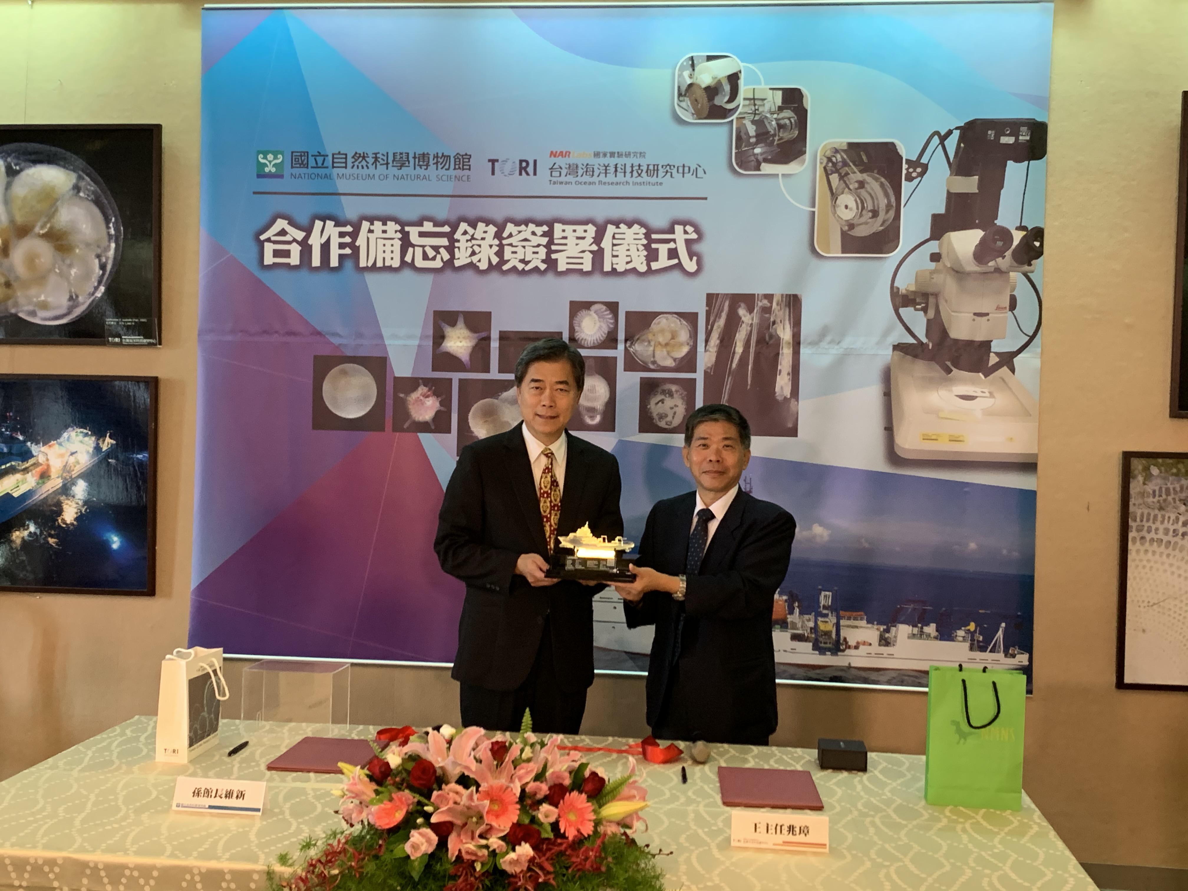 國研院海洋中心王兆璋主任(右)贈送勵進研究船模型給科博館孫維新館長(左)