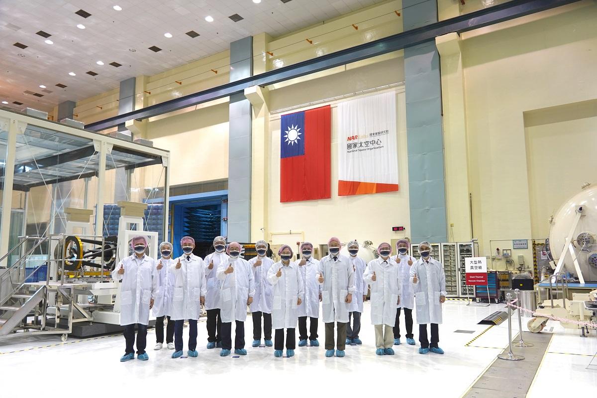 總統與貴賓於國研院國家太空中心整測廠房內合影