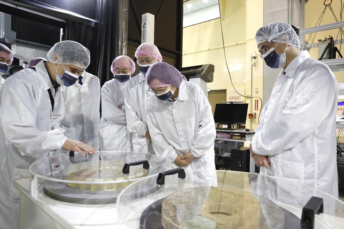 總統聽取國研院國家太空中心工程師解說福衛八號主鏡片